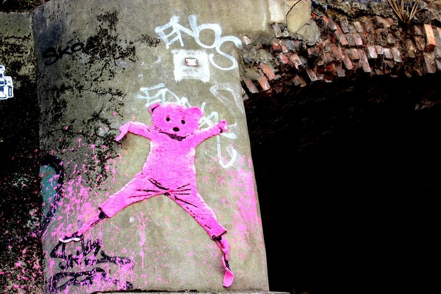 pink bear london street art shoreditch